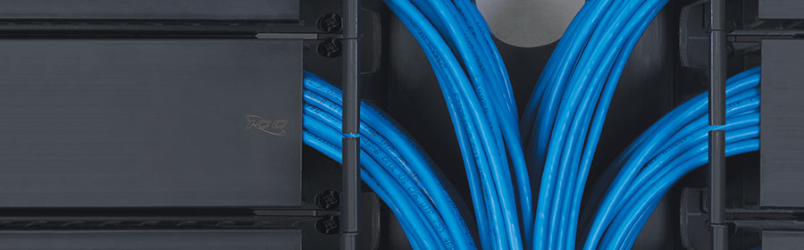 horizontal finger duct cable manager with bulk cable